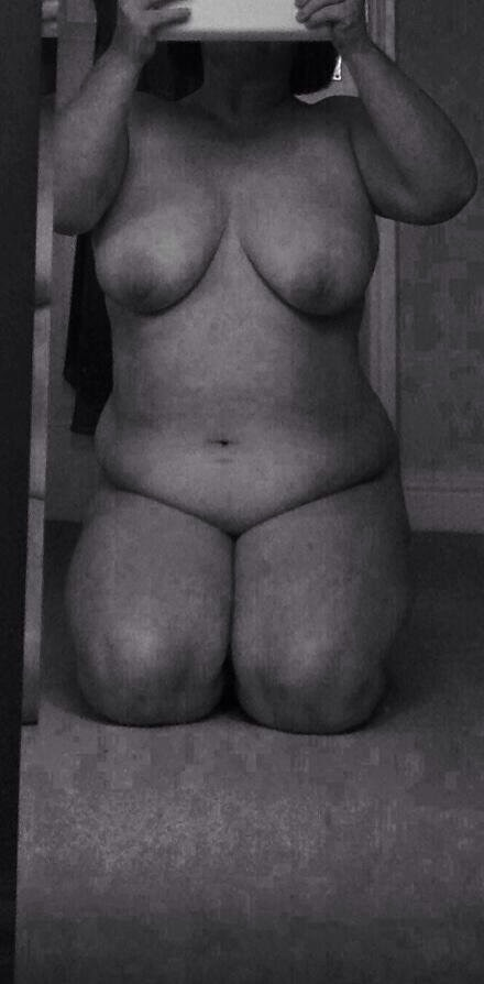 curvy woman who loves being naked